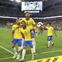 Neymar ist zurück: Der brasilianische Fussballstar feiert gemeinsam mit Dani Alves (13) und Richarlison (9) seinen Treffer zum 2:2