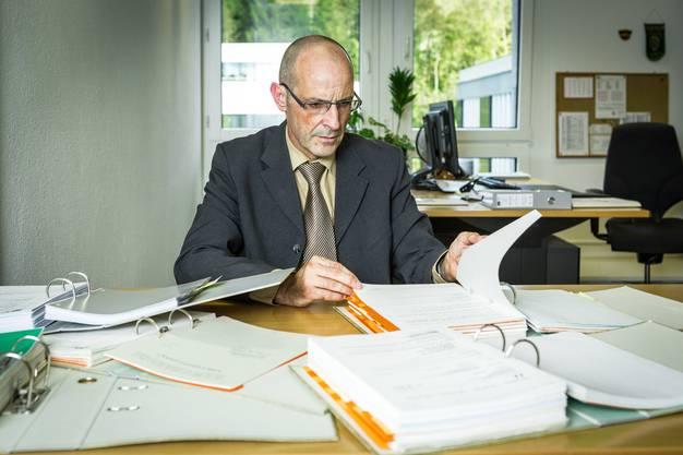 Fallführender Staatsanwalt ist Beat Richner. Im Bild: Staatsanwalt Beat Richner in seinem Büro in Dättwil mit Akten zum Fall. Aufgenommen am 3. Oktober 2016.