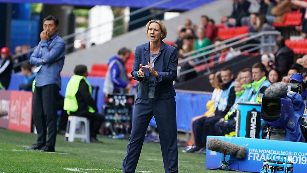Martina Voss-Tecklenburg feuert ihr Team an.