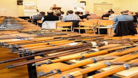 Für spezielle Waffen, etwa zu Luftgewehren umgebaute ehemalige Versuchskarabiner der Armee, wurden über 400 Franken gelöst.