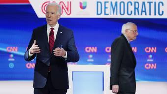 Bernie Sanders (rechts) gibt auf - und macht den Weg frei für Joe Biden, der nun für die Demokraten so gut wie sicher ins Rennen gegen den Republikaner Donald Trump geschickt wird.