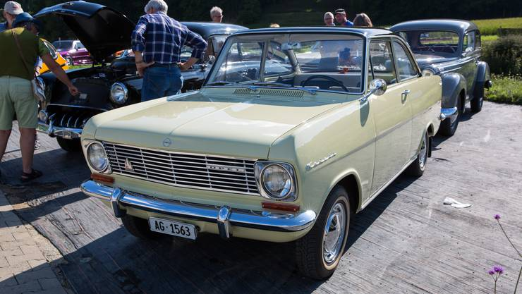 Der Opel Kadett ist beladen: Los geht's auf der Überholspur in die Sommerferien. (Symbolbild)