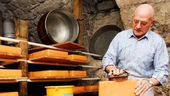 Hans «Chäs» König in seinem Hüttli in Hettenschwil: Sein selbst gemachter Raclette- und Fonduekäse kann bei idealen Bedingungen nachreifen. Angelo Zambelli
