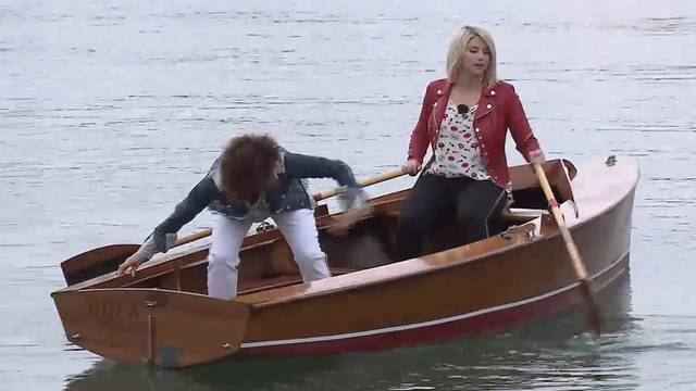 Hier versucht Beatrice Egli ein Boot zu rudern – vergeblich