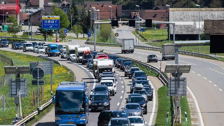 Der Rückreiseverkehr in Richtung Norden staute sich auf der Autobahn A2 vor dem Südportal des Gotthard-Tunnels am Donnerstagnachmittag bis auf 11 Kilometer. (Archivbild)