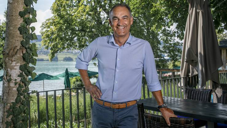 Frisch gebräunt und erholt posiert Felix Suhner auf der Terrasse des «Samui-Thai», das zur «Seerose» in Meisterschwanden gehört. Hier begann seine Erfolgsgeschichte.Bild: Britta Gut