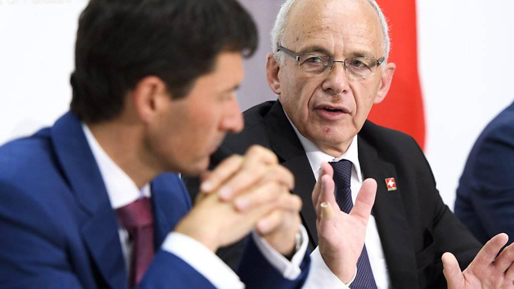 Finanzminister Ueli Maurer (rechts) und Staatssekretär Jörg Gasser drohen der EU mit Gegenmassnahmen, falls die Schweizer Börsenregulierung nicht als gleichwertig anerkannt wird.