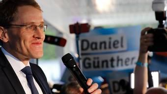 Er hat gut lachen: Daniel Günther von der CDU nach dem Wahlsieg seiner Partei bei den Landtagswahlen im norddeutschen Bundesland Schleswig-Holstein.