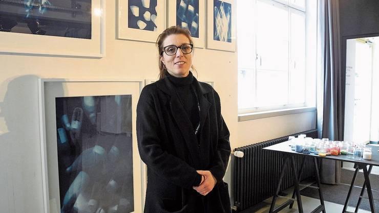 Clara Hohmeister, Co-Präsidentin des Vereins Gleis 21, im Ausstellungssaal.