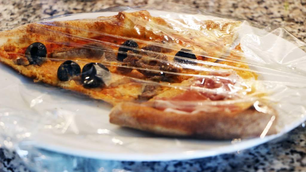 Kalte Pizza in der Bratpfanne erwärmen