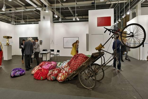 Woher kommen die meisten Galerien? Aus New York, Berlin und Paris, aus Zürich und Basel. Aber es gibt auch Kunst an der Peripherie, wie die Galerie Tschudi in Zuoz, Engadin. Das Programm ist international und von Konzeptkunst geprägt. Diesmal überrascht das Galeristenpaar mit Farbe, mit Werken von Kimsooja. Mit der Künstlerin, die uns schon an der Biennale Venedig bezauberte.