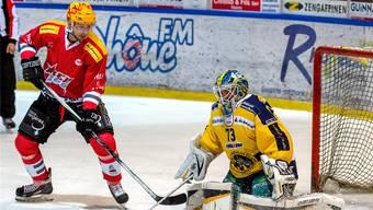 Kirill Starkov (l.) scheitert zwar an Langenthal-Torhüter Marco Mathis, zählt aber dennoch zu Martignys Schlüsselspielern.