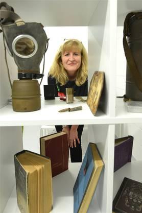 Nicole Guthauser stellt ihre Militärobjekte in einem Keller in Bottmingen aus.