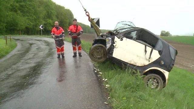 Fahrzeug stürzt in Künten den Hang hinab