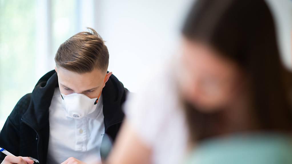 An den gemeindlichen Schulen im Kanton Zug wird es zum Schulbeginn ab nächster Woche eine partielle Maskenpflicht geben: Masken werden von den Schulen zur Verfügung gestellt. (Archivbild)