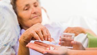 In den beiden Alters- und Pflegeheimen des VAOF bleibt den Mitarbeitern neben der Pflege genügen Zeit, sich um die Bewohner zu kümmern. (Symbolbild