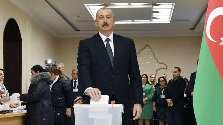 Aserbaidschans regierender Präsident Ilham Alijew bei der Stimmabgabe am Sonntag in Baku.