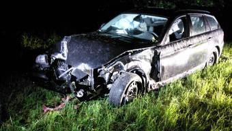 Patrouillen der Kantonspolizei fanden einen stark beschädigten BMW vor. Personen waren allerdings keine anzutreffen.