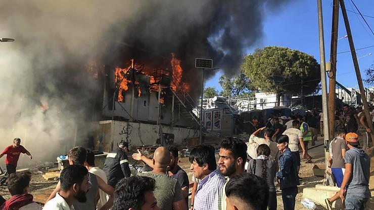Ein Brand in einem Flüchtlingscamp auf der griechischen Insel Lesbos hat Proteste ausgelöst.