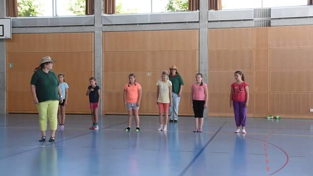 Kinder lernen im Ferienpass Lüterkofen Line Dance zu tanzen