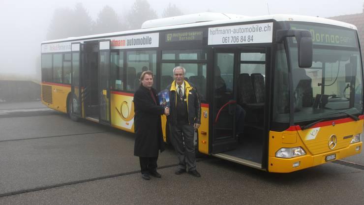 Museumsdirektor Christoph Hänggi begrüsst Postautohalter Heinz Wohlgemuth beim ersten Halt vor dem Museum für Musikautomaten in Seewen