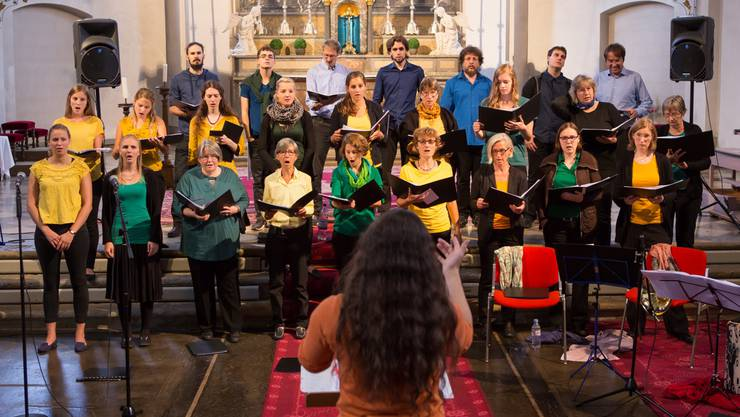 Chorleiterin Franziska Scherer dirigiert den Oltner Chor in der Stadtkirche in Olten (Foto vom Konzert 2015)
