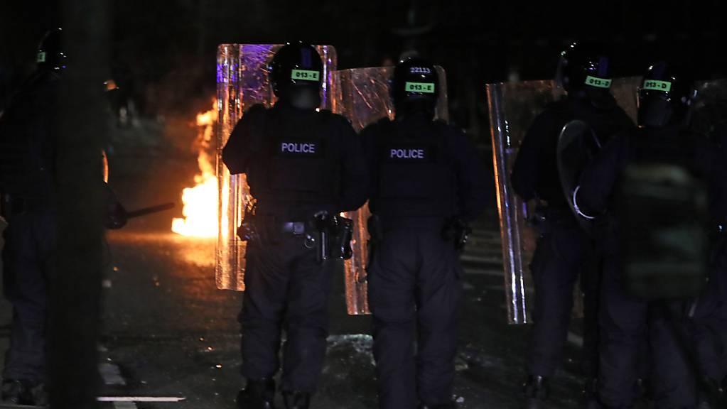 Polizisten mit Schutzschilden stehen in einer Straße in der Tigers Bay in Belfast während weiterer Unruhen. Foto: Brian Lawless/PA Wire/dpa