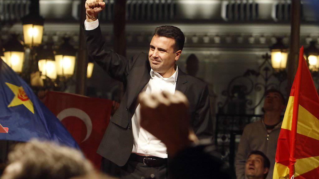 Auch er will gewonnen haben: Zoran Zaev, Oppositionsführer in Mazedonien, jubelt vor Anhängern seiner Partei.