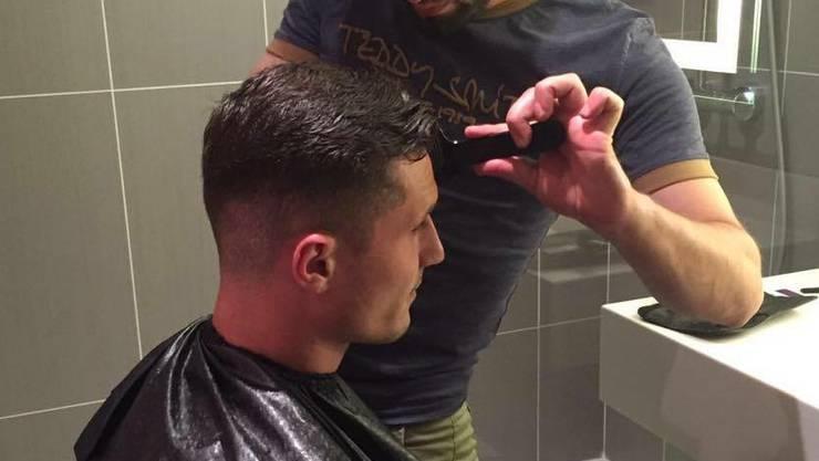 Taulant Xhaka lässt sich von Bedri Asani die Haare schneiden