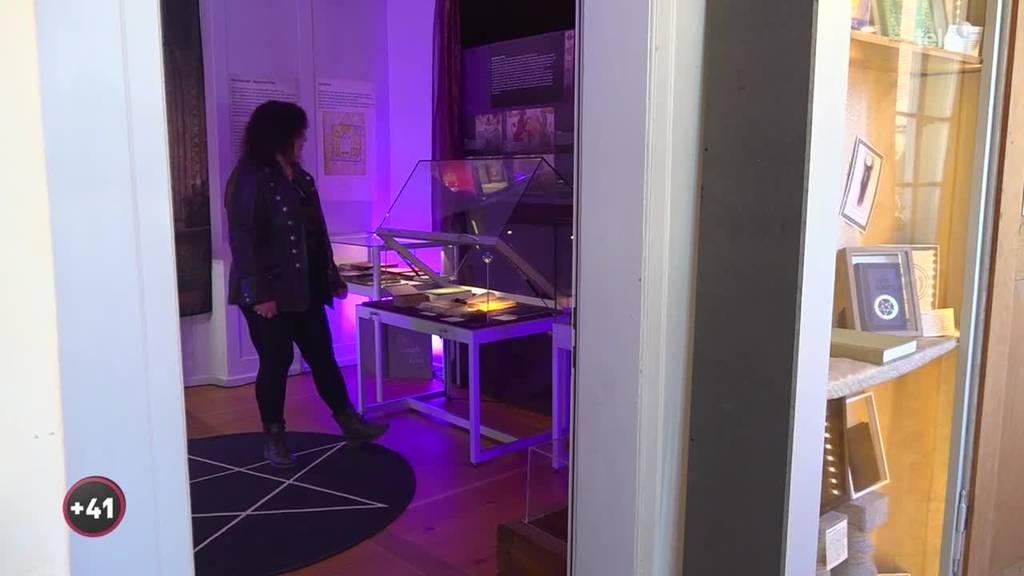 Diese moderne Hexe wohnt in einem Schloss inklusive Hausgeist