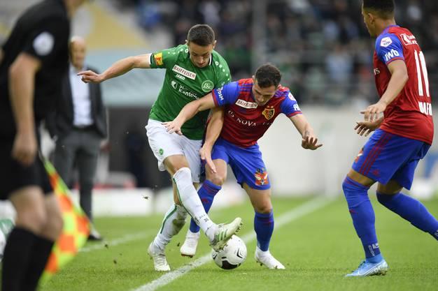 Silvan Hefti und Taulant Xhaka im Zweikampf. Die St. Galler und die Basler trennen sich mit einem 0:0.