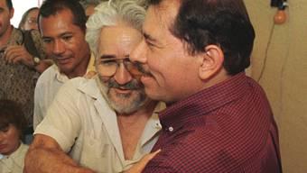Der ehemalige Guerillero Eden Pastora (Mitte mit Brille) ist tot. Mit dem nicaraguanischen Präsidenten Daniel Ortega (rechts) hatte sich Pastora nach einem Zerwürfnis in den letzten Jahren wieder versöhnt. (Archivbild)