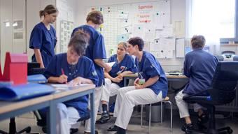 Am schwierigsten zu besetzen sind die Pflegefachstellen im Operationsbereich und in der Intensivpflege. (Symbolbild)