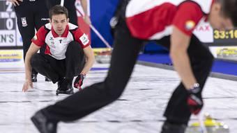 Der Einsatz der Schweizer Curler - hier Peter De Cruz nach der Steinabgabe - wurde fürs Erste belohnt
