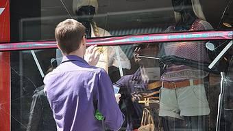 Saubannerzug durch Basel im Jahr 2010: Die Schaufenster von bis zu 30 Boutiquen wurden zertrümmert. (Archiv)