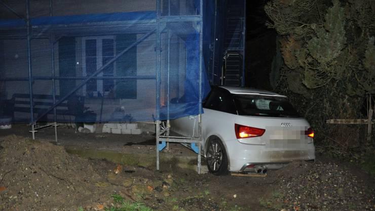 Das Fahrzeug prallte in ein Gebäude.