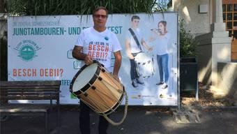 OK-Präsident Heinz Lüscher mit dem Hauptpreis für den besten Trommler.