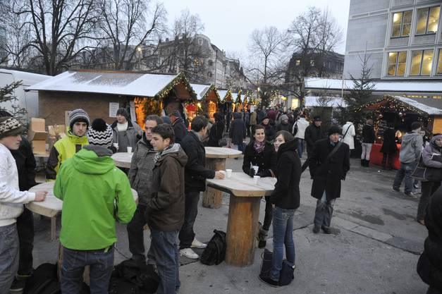 Trotz Kälte liessen sich  viele die Gelegenheit für Geselligkeit und Verweilen nicht verwehren. (Fotos: Hansjörg Sahli)