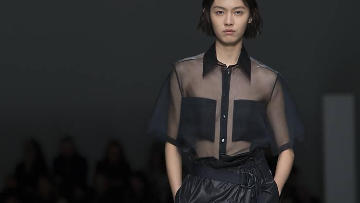 Rabattschlachten haben dem Modekonzern Hugo Boss einen Gewinnrückgang eingebrockt: ein Modell präsentiert die Frühjahreskollektion 2019 (Bild vom September).