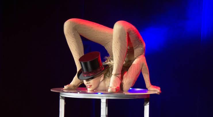 Die russische Schlangenfrau Julia begeisterte die Gäste im Kurtheater.