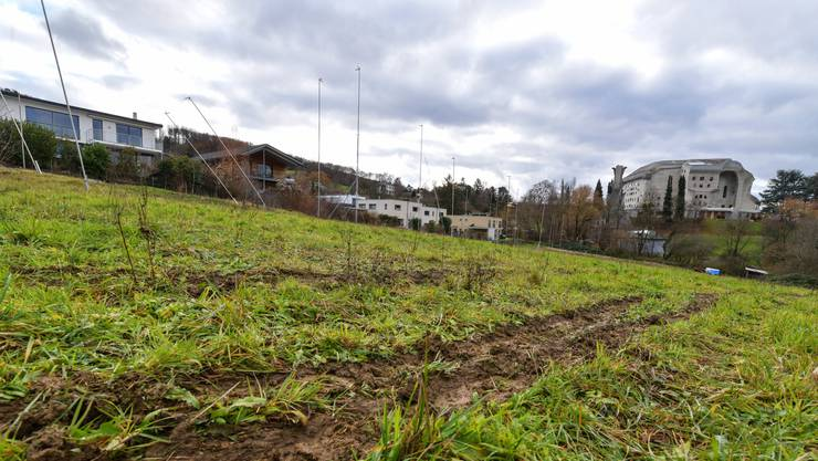 Bald könnten hier Wohnblöcke stehen und den Blick aufs Goetheanum (ganz rechts) samt Heizhaus davor verstellen.