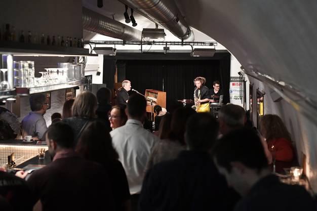 Impressionen des First Friday in der Bieler Altstadt am 2. Februar 2018 Bob Barton aus Birmingham spielt im Ring 14