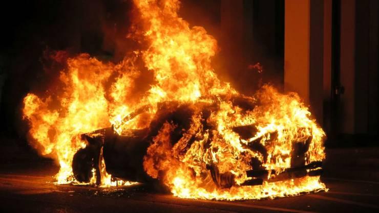 Das Auto fing beim Unfall sofort Feuer und brannte vollständig aus. (Symbolbild)