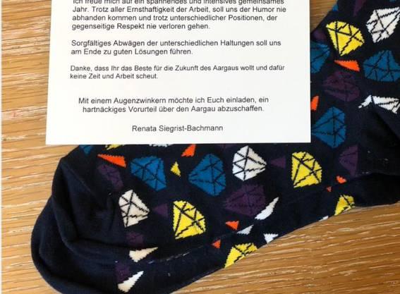 Geschenk an die Grossräte: Bunte Socken statt die legendären weissen.