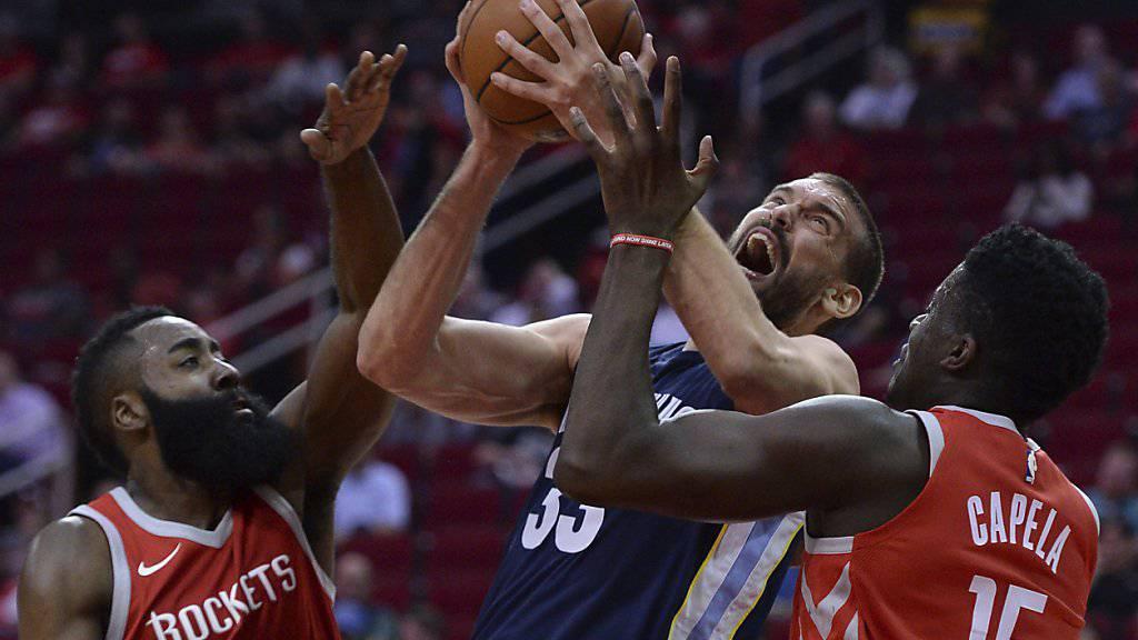 Clint Capela (rechts) und sein Teamkollege James Harden versuchen, Marc Gasol von den Memphis Grizzlies zu stoppen.