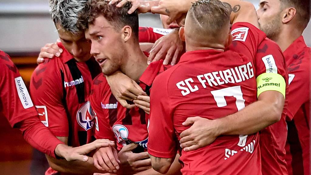 Luca Waldschmidt (Mitte) schoss Freiburg in Düsseldorf zum Sieg