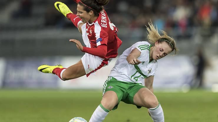 Die Schweizer Fussballerinnen mit Vanessa Bernauer (links) befinden sich auf Höhenflug und qualifizierten sich ohne Punktverlust für die EM-Endrunde 2017 in den Niederlanden
