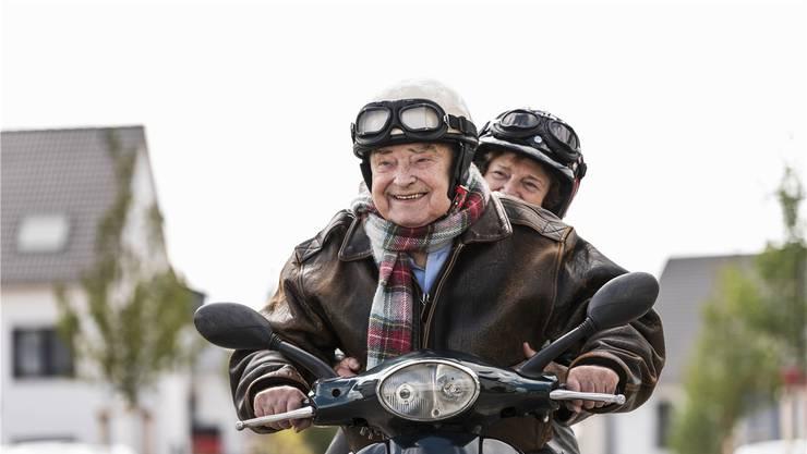Lachen und Lieben helfen, in Ehren alt zu werden. Dazu sollten laut Autor Otfried Höffe Bildung und Bewegung kommen.Imago