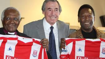 Eine Legende des Fussballs: Gordon Banks (m.) mit dem südafrikanischen Friedens-Nobelpreisträger Desmond Tutu (li.) und dem Brasilianer Pelé in seiner Heimat Stoke