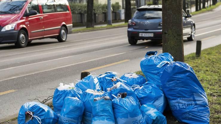 Vielfalt in der Einheit in der Schweiz: Auch bei den Abfallsäcken. Blau sind die Gebührensäcke in Bern, anderswo sind sie beispielsweise weiss, rot oder schwarz. (Archivbild)
